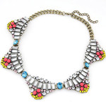 collier plastron multicolore