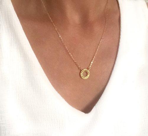 collier medaille soleil cadeau